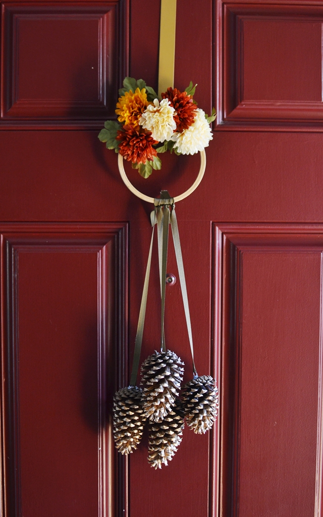 Diy fall decorations you can 39 t live without for Pine cone door decoration
