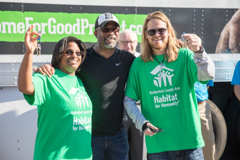 Darius Rucker hands the keys to two new Habitat for Humanity homeowners.